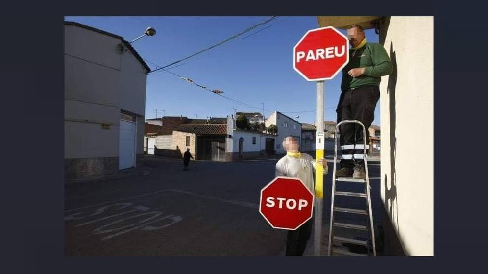 Foto: Empleados cambiando la señal de 'Stop' por la de 'Pareu'. (Policía)