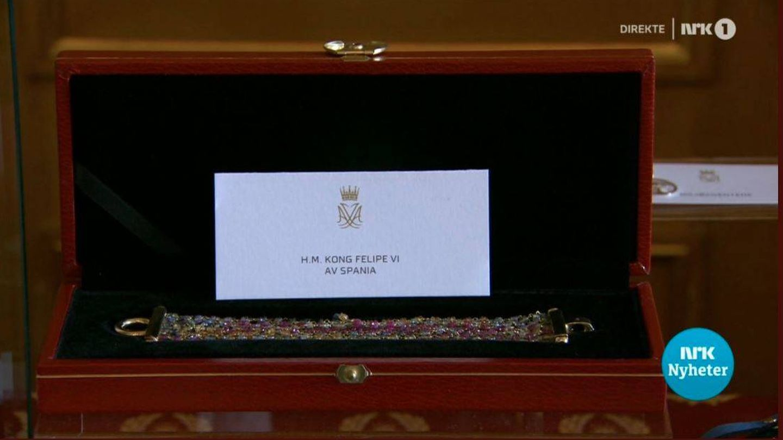 El brazalete que el rey Felipe le ha regalado a Ingrid Alexandra. (NRK)