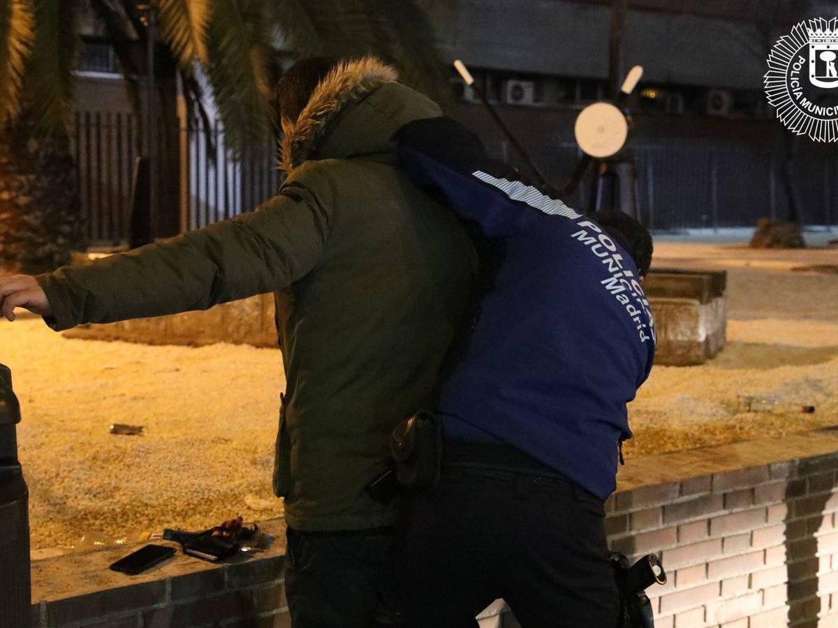 Foto: Los agentes tuvieron que pedir refuerzos y terminaron deteniendo a los tres jóvenes (Policía Municipal de Madrid)