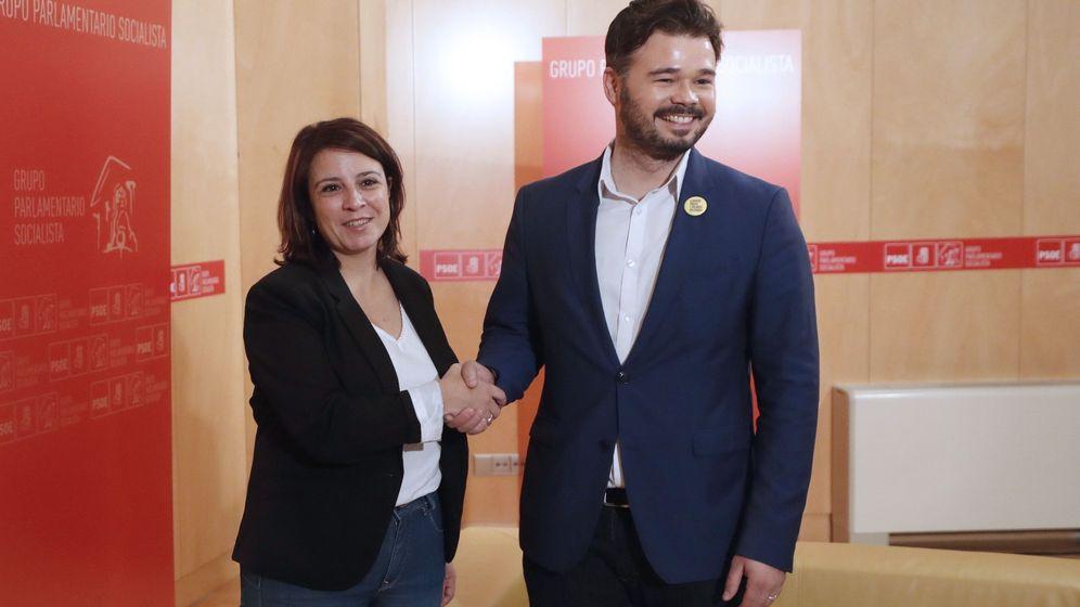 Foto: La portavoz del PSOE en el Congreso, Adriana Lastra, al inicio de su reunión con el portavoz de ERC, Gabriel Rufián, para negociar la investidura de Pedro Sánchez. (EFE)