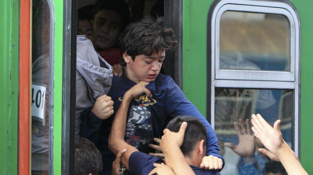 Foto: Budapest, colapsada por los refugiados: puñetazos para subirse al tren de la esperanza