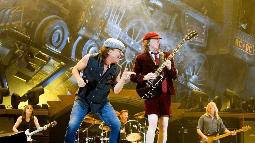 Foto: Brian Johnson y Angus Young durante un concierto en Oslo. (Reuters)