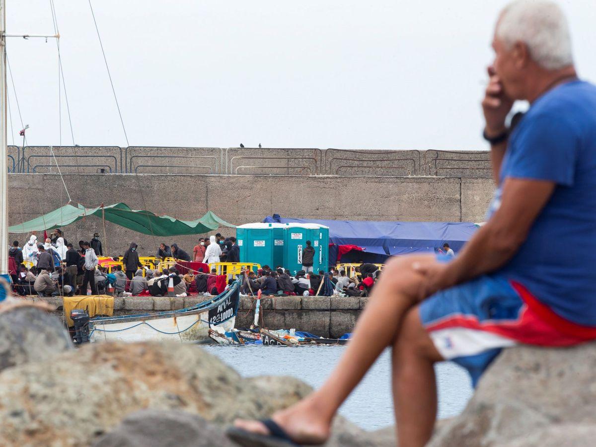 Foto: Migrantes rescatados en el puerto de Arguineguín, Canarias. (EFE)