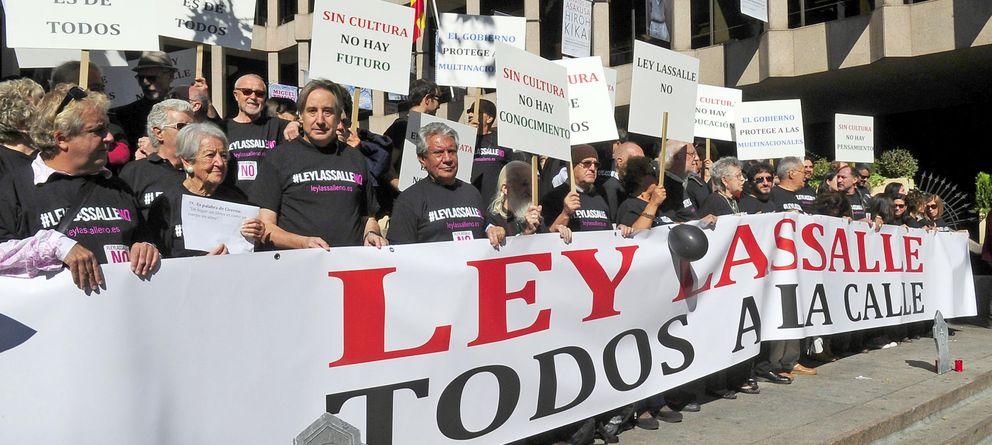Foto: Representantes de la cultura manifestándose contra la 'ley Lassalle', el lunes pasado. (PABLO LÓPEZ)