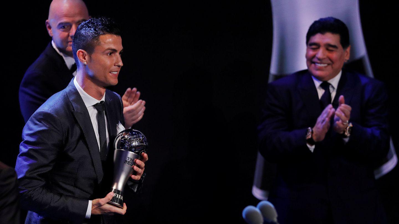 Maradona aplaude a Cristiano tras recibir el premio 'The Best' de la FIFA al mejor jugador de 2017. (Reuters)