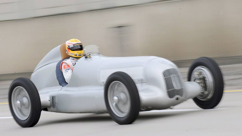 Foto: Lewis Hamilton conduciendo un Silver Arrow de 1934 en el Museo de Mercedes. (EFE)