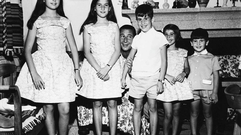 Carmen, Mariola, Francis, Merry y José Cristóbal Martínez-Bordiú con su padre, el marqués de Villaverde. (Getty)