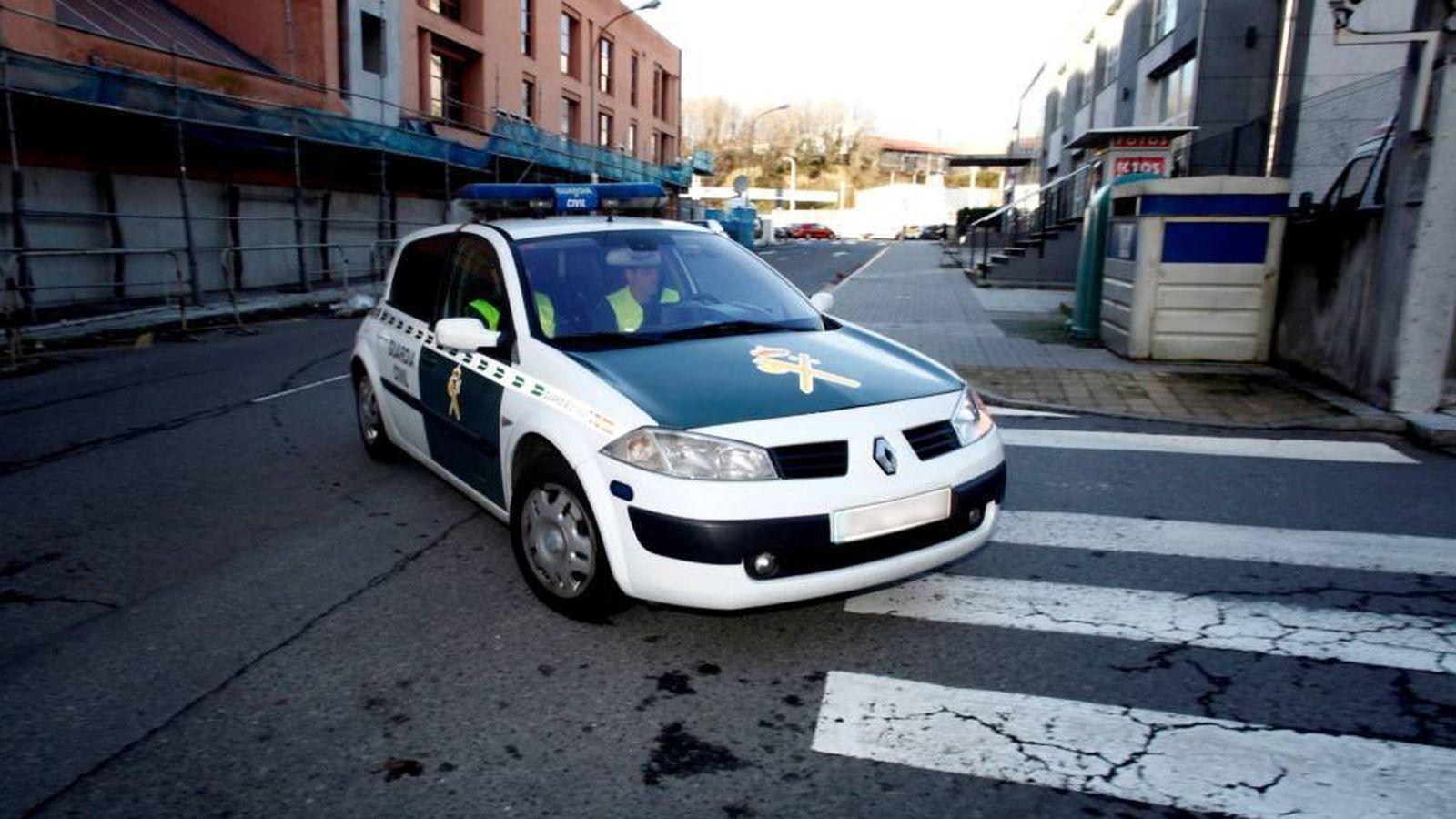 Foto: Agentes de la Guardia Civil en un coche patrulla. (EFE)