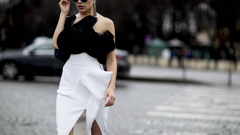 Blanco y negro: el dúo clásico que vuelve a dominar el street style (esta vez por Navidad)