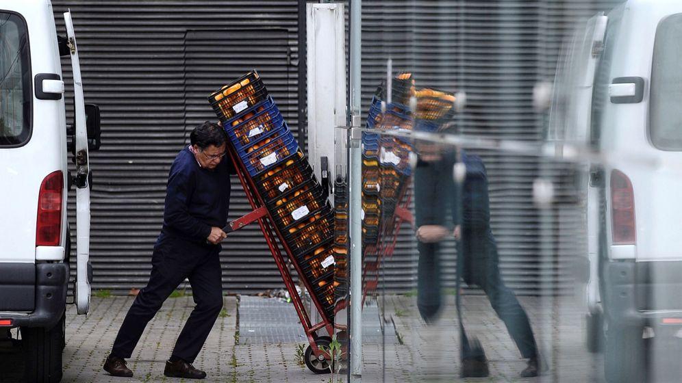 Foto: Un trabajador, en Valladolid. (EFE)