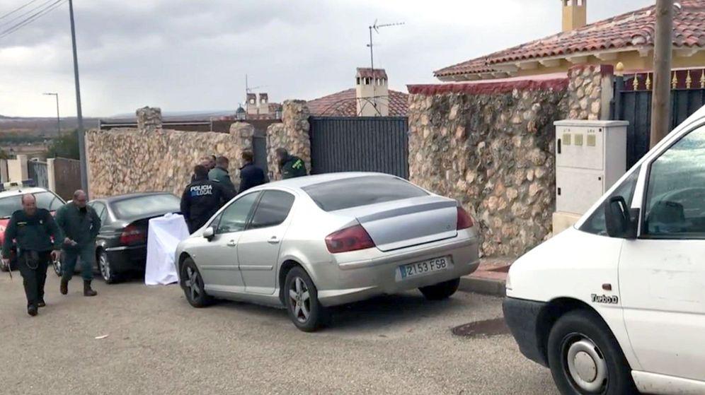 Foto: Fotografía tomada de un vídeo del Summa 112 de la fachada del chalé de Colmenar de Oreja en el que dos mujeres han fallecido al ser atacadas por sus perros. (EFE)
