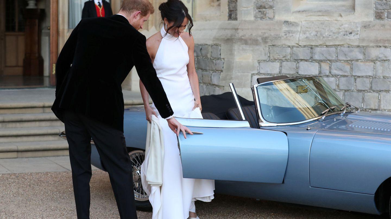 Harry le abra la puerta del Jaguar a Meghan. (Reuters)