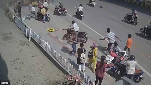 Accidente en la India: un coche se despeña por un puente y deja un muerto