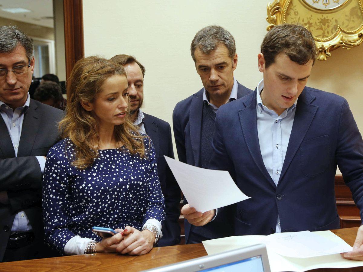 Foto: Toni Cantó y Patricia Reyes junto a Albert Rivera en el Congreso en 2016. (EFE)