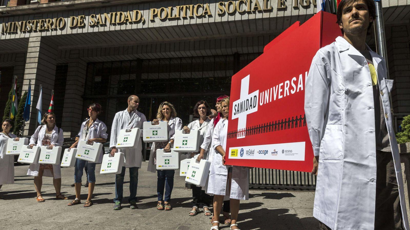 Foto: Protestas frente al ministerio de Sanidad para pedir la atención sanitaria a todas las personas que viven en España. (EFE)