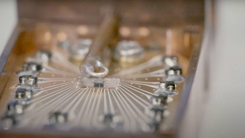 El prototipo del chip de silicio y el prisma que puede controlar cúbits (UNSW Sydney)