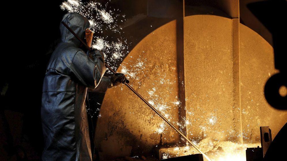 Foto: Trabajador del metal en un alto horno. (EFE)