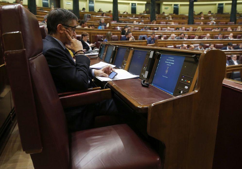 Foto: El escaño vacío de Pedro Sánchez en el Congreso, junto al del exlehendakari Patxi López, durante el pleno de este 18 de octubre. (EFE)
