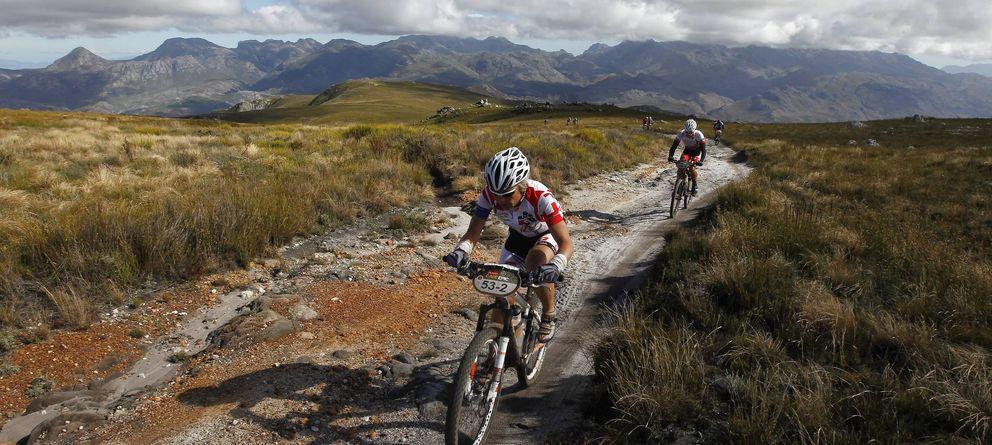 Foto: Penúltima jornada de la carrera de 'mountain bike' Cape Epic en Sudáfrica. (Efe)