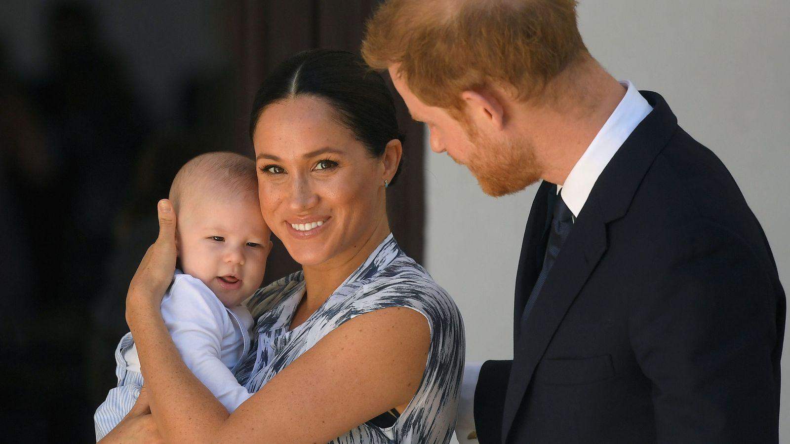 Foto: Los duques de Sussex con su hijo. (Reuters)