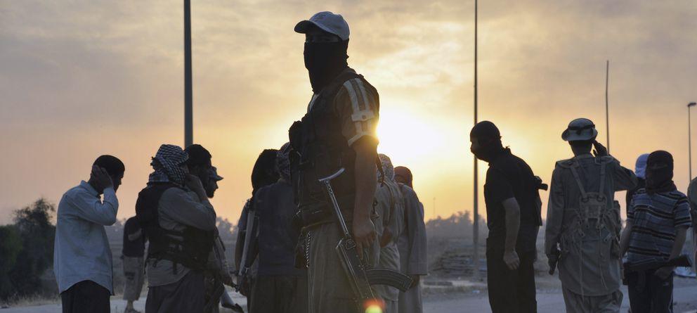 Foto: Milicianos del ISIS hacen guardia en un puesto de control en Mosul, segunda ciudad de Irak, tomada a principios de junio (Reuters).