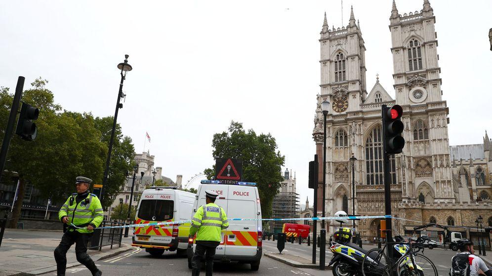Foto: Un vehículo ha colisionado contra las barreras de Westminster, hiriendo a dos ciclistas. (Reuters)
