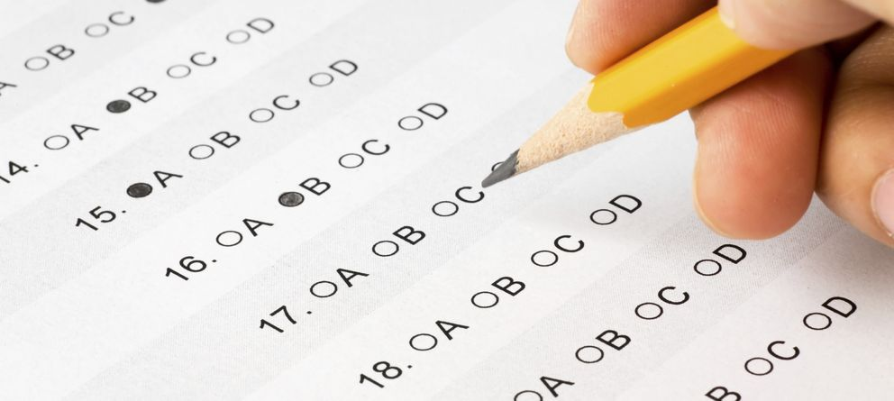 Foto: Aunque el profesor piense que las respuestas de sus exámenes son completamente neutrales, no es así. (iStock)