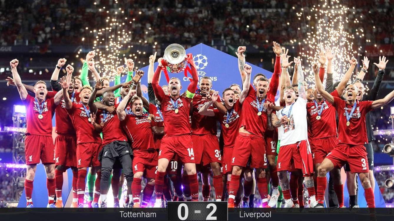 Foto: Henderson, capitán del Liverpool, fue el encargado de recibir el trofeo de la Champions League. (Reuters)