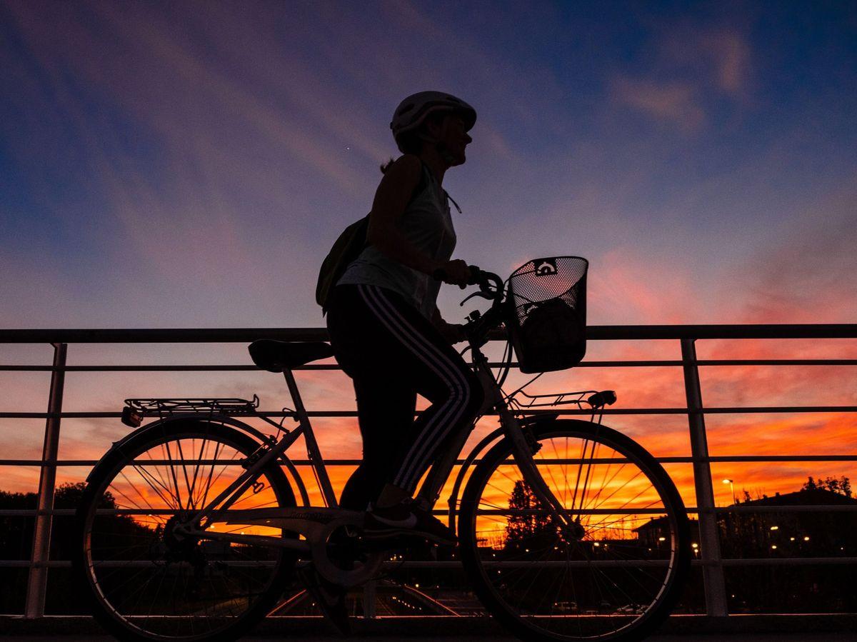 Foto: Una mujer pasea en bicicleta por Logroño (EFE)
