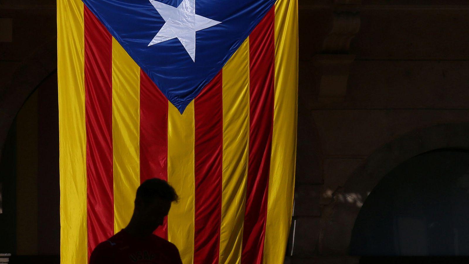 Foto: La figura de hombre junto a una estelada (Reuters)