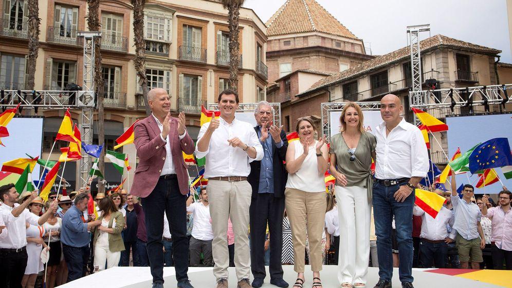 Foto: Javier Imbroda, junto a Albert Rivera y Mario Vargas Llosa, en un acto de Ciudadanos celebrado en Málaga el pasado mes de junio (Efe).