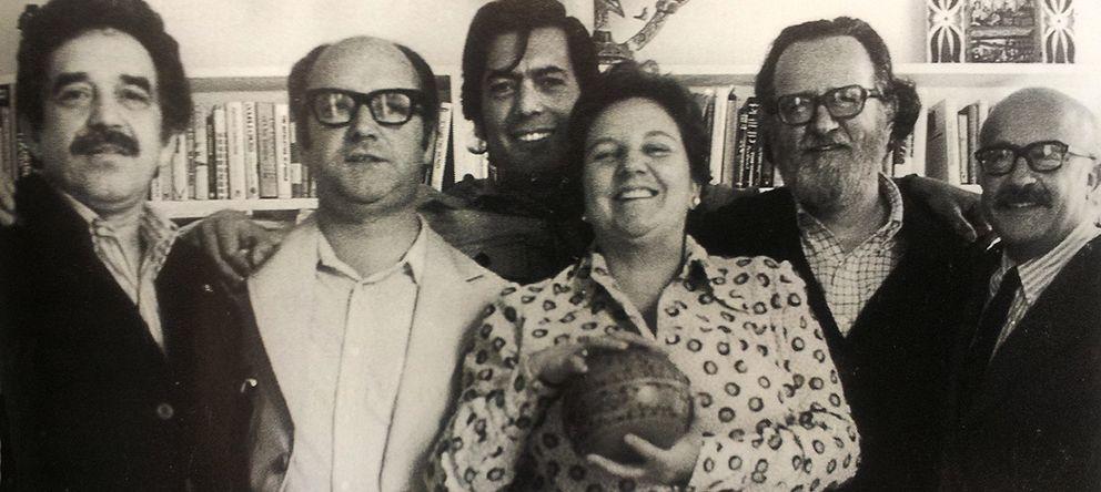 Foto: García Márquez, Jorge Edwards, Vargas Llosa, Carmen Balcells, Donoso y Muñoz Suay, en 1974. Incluida en 'Aquellos años del boom', en RBA. (Archivo Car