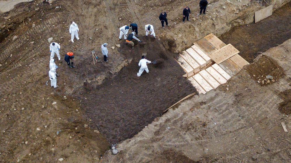 Foto: Imágenes tomadas mediante un dron de los enterramientos en la isla de Hart, Nueva York. (Reuters)