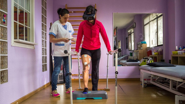 Charo trabaja con una paciente en el centro FOREN. (Cedida)