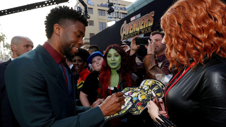 Chadwick Boseman firmando autógrafos. (Reuters)