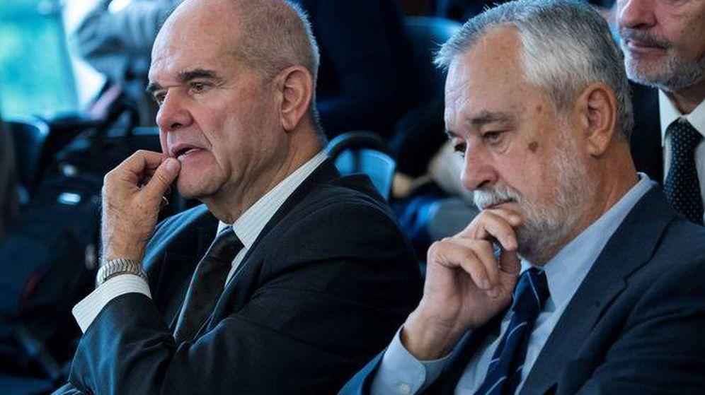 Foto: Manuel Chaves y José Antonio Griñán, en una de las sesiones del juicio de los ERE. (EFE)