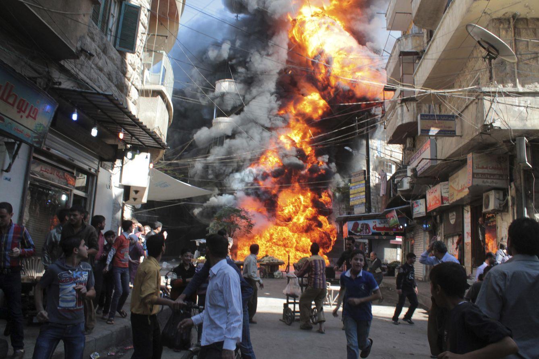 Foto: Civiles huyen de un fuego causado por un bombardeo en el barrio de Bustan Al-Qasr, en Alepo, el 20 de octubre de 2013. (Reuters)