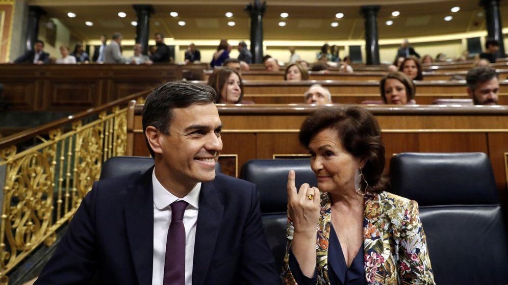 Foto: Pedro Sánchez y Carmen Calvo, en el Congreso de los Diputados. (EFE)