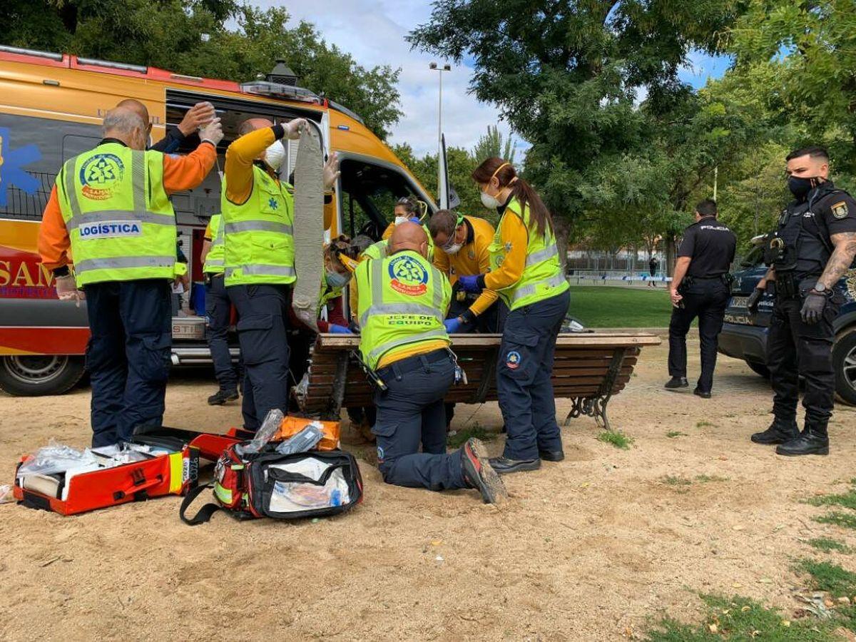 Foto: Sanitarios tratan las heridas del joven apuñalado. Foto: Emergencias Madrid