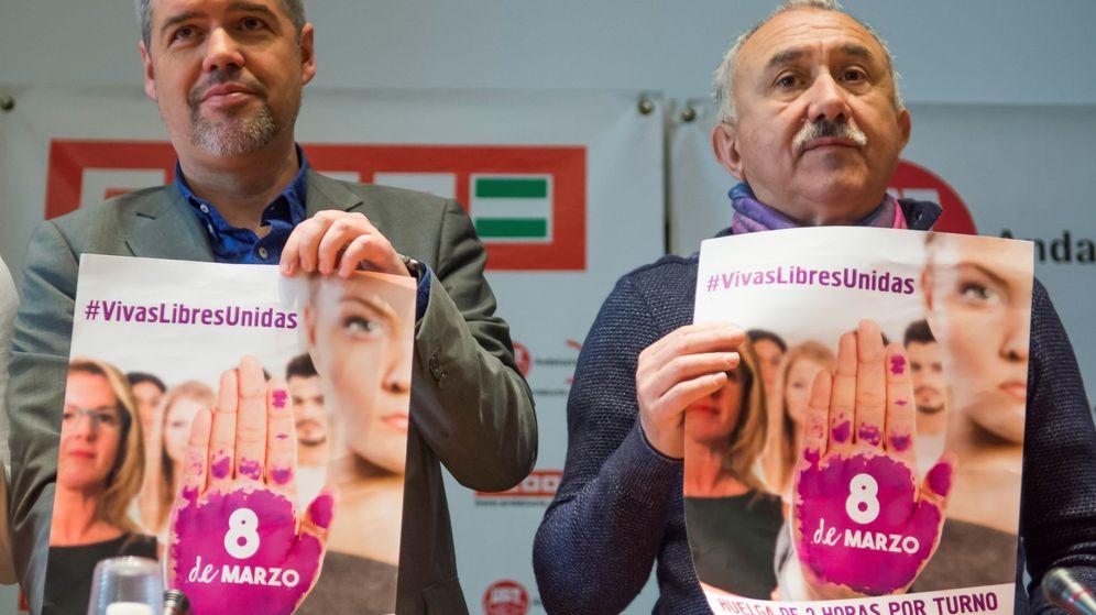 Foto: Los líderes de UGT, Pepe Álvarez (d), y de CCOO, Unai Sordo, con carteles del 8-M. (EFE)