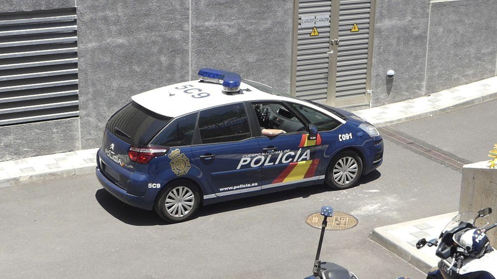 Foto: Coche de la Policía Nacional en una operación en Tenerife (EFE/Miguel Calero)