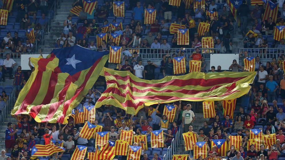 Foto: Aficionados del FC Barcelona portan esteladas en el Camp Nou durante un partido de Champions. (Reuters)