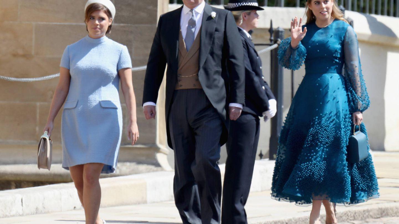 Eugenia y Beatriz de York junto a su padre, el príncipe Andrés. (Getty)