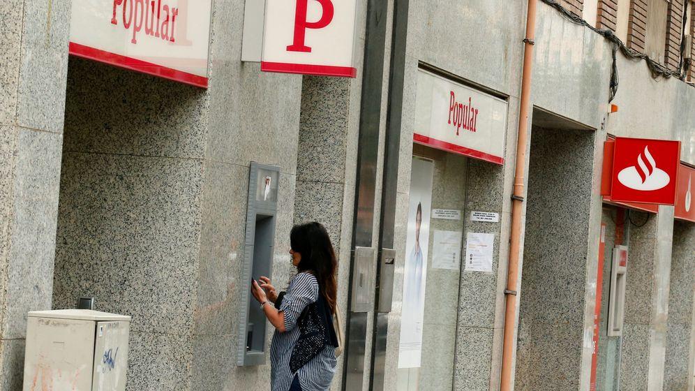 Foto: Una clienta retira efectivo de una oficina del Banco Popular en Barcelona. (Reuters)