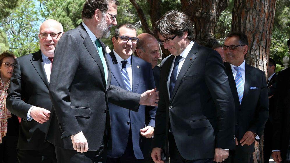 Foto: El presidente del Gobierno, Mariano Rajoy (i), y el de la Generalitat, Carles Puigdemont (2d), en el Salón del Automóvil. (EFE)