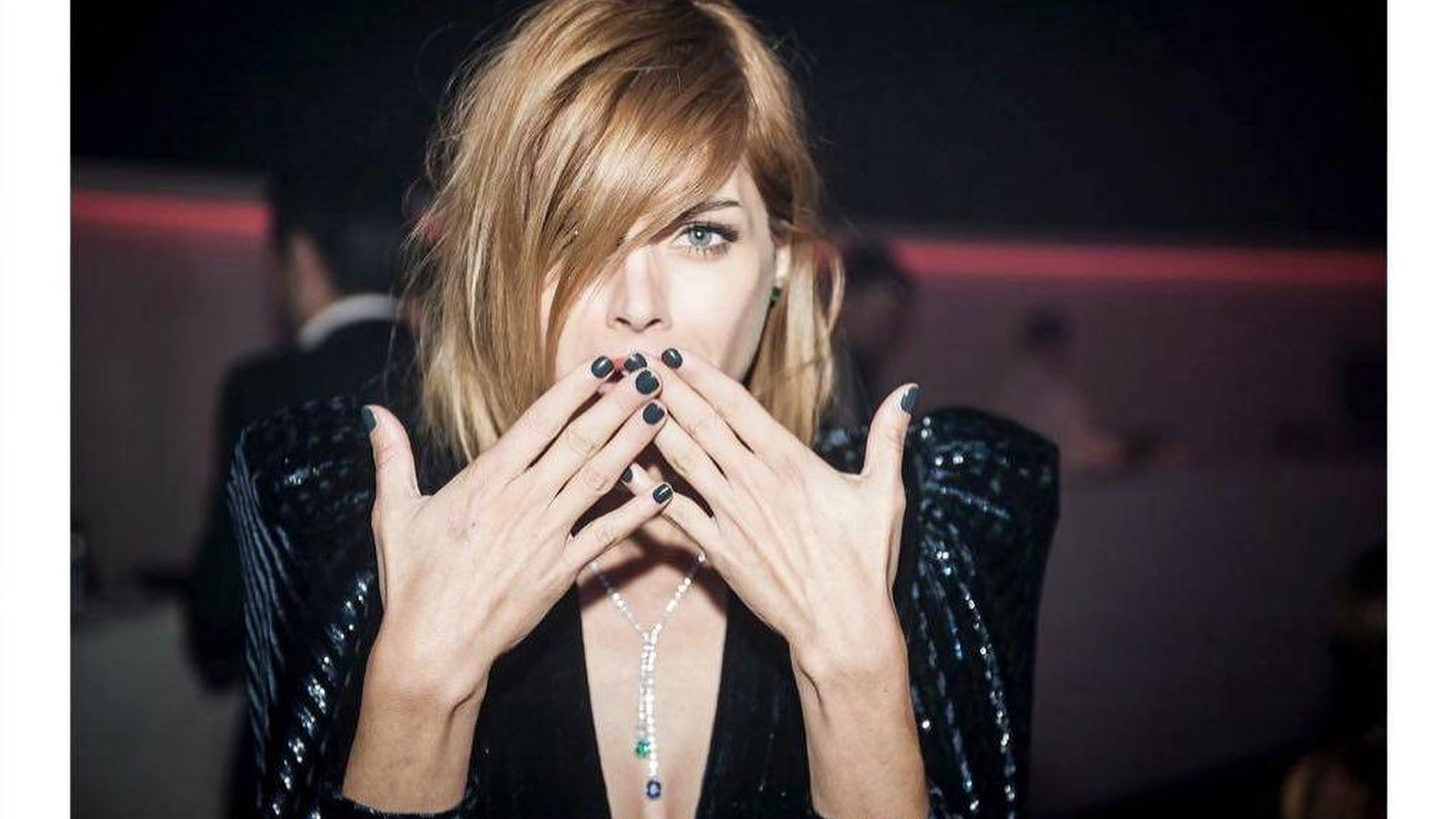 Foto: Cara de sorpresa y enseñando las uñas.