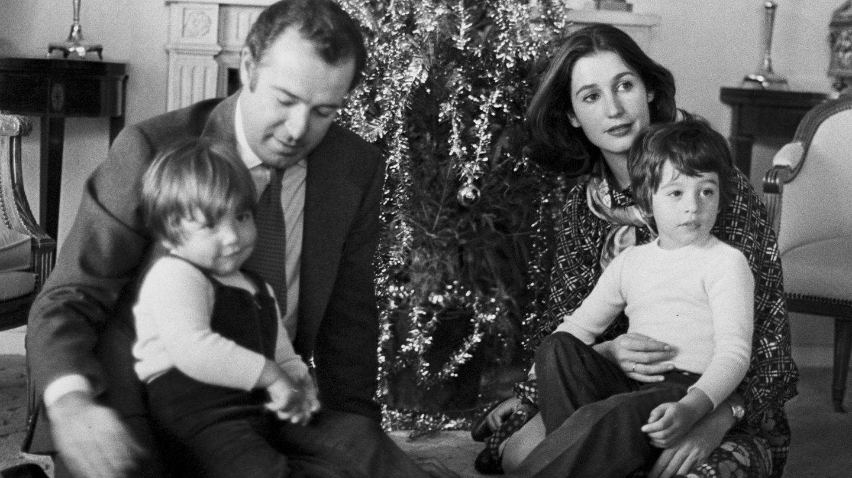 Alfonso y Carmen, con sus dos hijos. (Getty)
