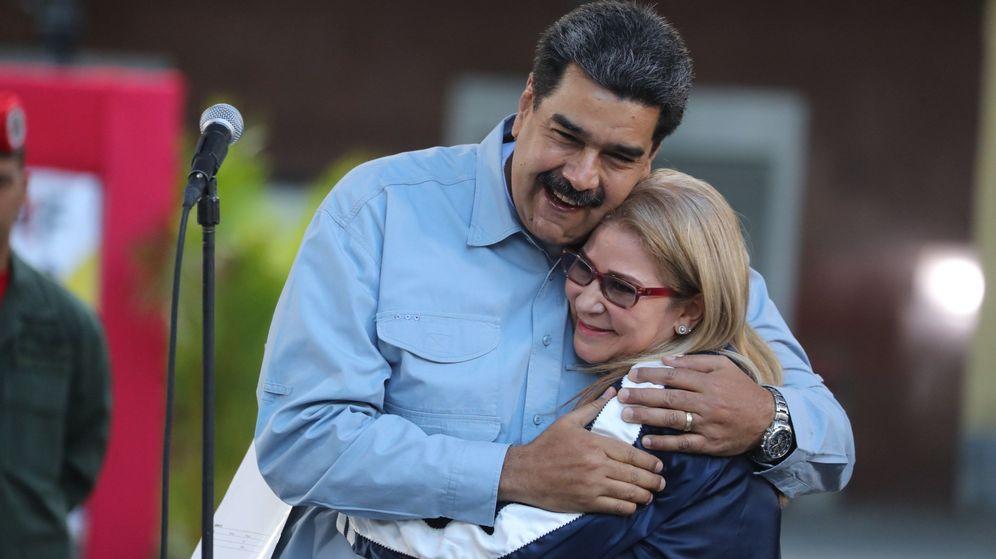 Foto: Nicolás Maduro abraza a su esposa, Cilia Flores, durante un acto este jueves en la Plaza de Bolívar de Caracas. (EFE)