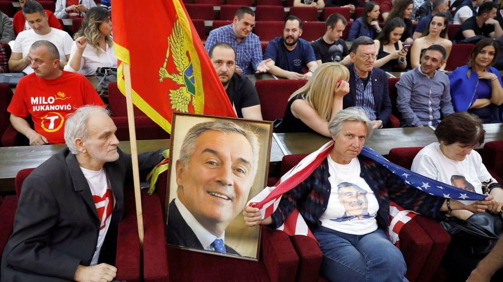 Foto: Partidarios del presidente Milo Djukánovic en la sede del gobernante Partido de los Socialistas Democráticos (DPS) en Podgorica, el 15 de abril de 2018. (Reuters)