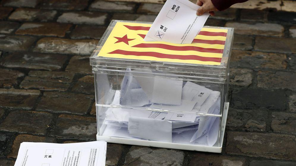 Foto: Escenificación de una votación en apoyo al referéndum de Cataluña. (EFE)